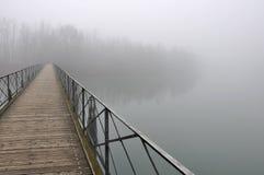 Ponte de Pedestiran na névoa, rio do adda fotografia de stock