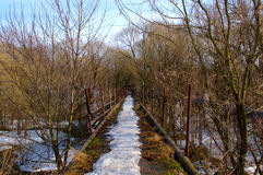 Ponte de pedestre velha imagens de stock