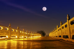 ponte de pedra chinesa com noite da Lua cheia Foto de Stock Royalty Free