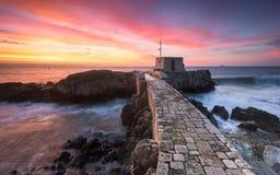 A ponte de pedra e um nascer do sol bonito Fotos de Stock Royalty Free