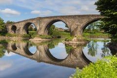 A ponte de pedra em Stirling que reflete no River Forth Fotografia de Stock