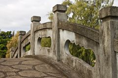 Ponte de pedra em um jardim japonês, Havaí fotos de stock royalty free