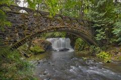 A ponte de pedra em Whatcom cai parque Bellingham WA EUA imagens de stock royalty free