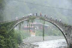 Ponte de pedra histórica no rio de Firtina Histórico, névoa fotografia de stock royalty free
