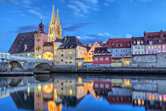 A ponte de pedra histórica e a ponte elevam-se em Regensburg Imagens de Stock Royalty Free