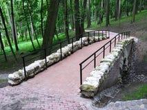 Ponte de pedra no parque Imagens de Stock