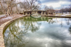 A ponte de pedra no parque da liberdade em Charlotte, NC Fotografia de Stock