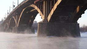 A ponte de pedra no rio enevoado video estoque