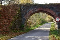Ponte de pedra velha Arco do tijolo imagens de stock