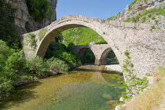 Ponte de pedra velha de Noutsos, Epirus, Grécia Fotos de Stock Royalty Free