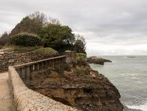 Ponte de pedra velha em Rocher du Basta Ilha em Biarritz, França fotografia de stock