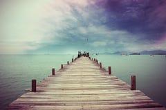 Ponte de plataforma de madeira ao barco Foto de Stock Royalty Free