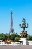 Ponte de Pont Alexandre III (detalhes do cargo da lâmpada) & torre Eiffel, Pa Imagens de Stock Royalty Free
