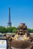Ponte de Pont Alexandre III em Paris central e torre Eiffel em t Imagem de Stock