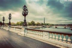 Ponte de Pont Alexandre III em Paris, França Rio e torre Eiffel de Seine Foto de Stock