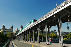 Ponte de Pont de Bir-Hakeim, Paris, França. Fotos de Stock Royalty Free