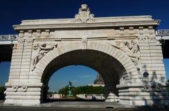 Ponte de Pont de Bir-Hakeim, Paris, França. Imagem de Stock