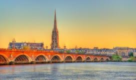 Ponte de Pont de Pierre e Saint Michel Basilica no Bordéus, França Fotos de Stock Royalty Free