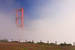 Ponte de porta dourada de San Francisco na névoa Foto de Stock