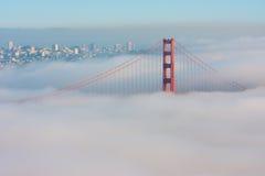 Ponte de porta dourada de San Francisco na névoa Imagem de Stock