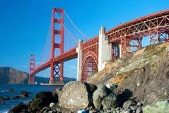 A ponte de porta dourada em San Francisco com rochas Foto de Stock Royalty Free