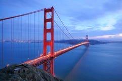 A ponte de porta dourada incandesce na noite Imagem de Stock Royalty Free