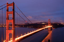 A ponte de porta dourada incandesce no crepúsculo Fotografia de Stock Royalty Free