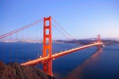 A ponte de porta dourada incandesce no crepúsculo Imagem de Stock