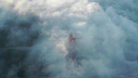 Ponte de porta dourada na névoa filme