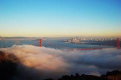 Ponte de porta dourada na névoa Imagem de Stock