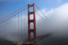 Ponte de porta dourada na névoa Fotografia de Stock