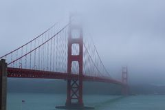 Ponte de porta dourada na névoa Fotos de Stock
