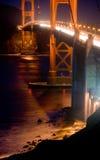 Ponte de porta dourada na noite imagens de stock
