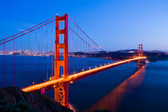 Ponte de porta dourada na noite Fotos de Stock