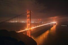 Ponte de porta dourada na noite fotografia de stock