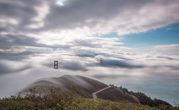 Ponte de porta dourada nevoenta Fotografia de Stock Royalty Free