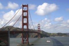Ponte de porta dourada no dia desobstruído Fotografia de Stock