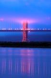 Ponte de porta dourada sob a névoa no crepúsculo foto de stock royalty free