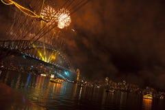 Ponte de porto de Sydney com fogos-de-artifício Fotos de Stock Royalty Free