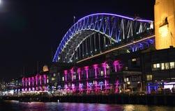 Ponte de porto de Sydney durante vívido Imagem de Stock Royalty Free