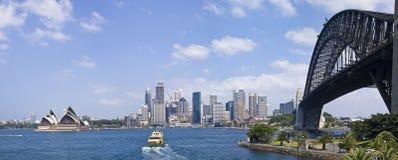 Ponte de porto de Sydney e skyline da cidade Imagem de Stock Royalty Free