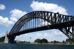 Ponte de porto de Sydney no fundo do azul-céu Imagem de Stock