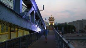 Ponte de Pushkinsky Andreyevsky sobre o rio na noite filme
