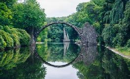 Ponte de Rakotz (Rakotzbrucke) igualmente conhecida como a ponte do diabo em Kro imagens de stock