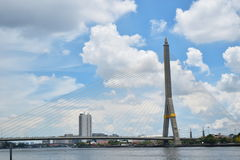 Ponte de Rama VIII COM CÉU de CLOUNDY imagem de stock royalty free