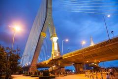 Ponte de Rama VIII na noite fotografia de stock