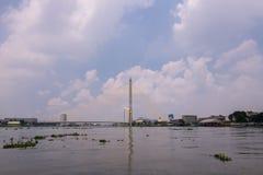 A ponte de Rama VIII sobre Chao Phra Ya River em Banguecoque, Tailândia fotografia de stock