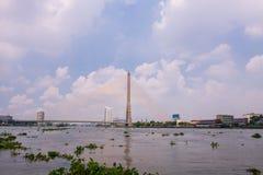 A ponte de Rama VIII sobre Chao Phra Ya River em Banguecoque, Tailândia imagem de stock