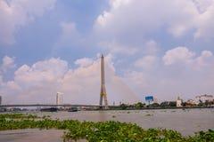 A ponte de Rama VIII sobre Chao Phra Ya River em Banguecoque, Tailândia foto de stock royalty free