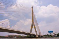 A ponte de Rama VIII sobre Chao Phra Ya River em Banguecoque, Tailândia fotos de stock